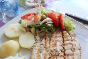 Palometa a la plancha con patatas cocidas y ensalada mediterranea